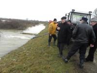 Prefectul Avram a evaluat în teren problemele generate de ploi şi topirea zăpezii