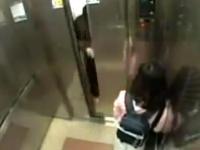 Fetiță agresată în lift. Ce a urmat i-a uimit până și pe polițiști VIDEO
