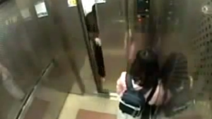 fetita agresata in lift