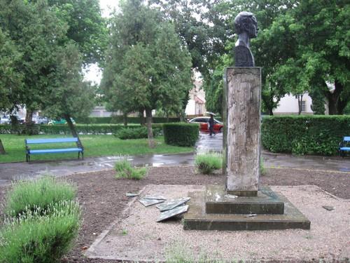 statuie iuliu mani vandalizata (3)