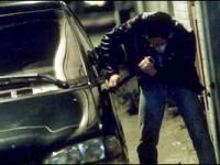 Prinși de polițiști imediat după ce au furat din mașini