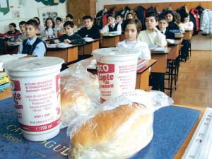 Au fost stabilite firmele care vor furniza laptele și cornul în școlile din județ