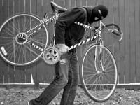Doi romi au furat o bicicletă. Unul a fost prins de proprietar
