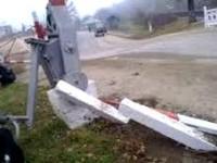 O șoferiță a intrat cu mașina în bariera de la calea ferată din Medieșu Aurit