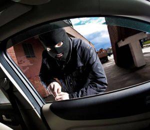 Hoțul din mașini de la Petea a ajuns după gratii. Polițiștii spun că ar fi comis mai multe furturi
