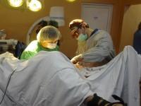 Implantul protezei de revizie la articulația genunchiului, operatie în premieră la Satu Mare