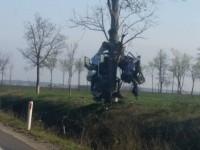 Accident îngrozitor lângă Valea lui Mihai. A rămas cu mașina încolăcită în copac