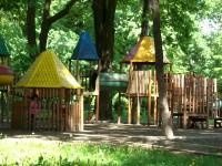 Zeci de copii vor beneficia de terenul de joacă construit de tinerii germani la Turulung