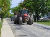 S-a urcat beat la volanul unui tractor şi a făcut ravagii în Rușeni