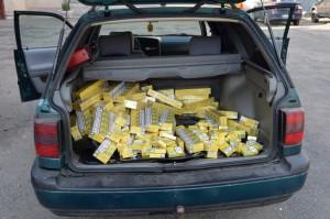 Sute de pachete de țigări de contrabandă, în mașina unui sătmărean