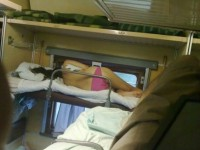 Căldură mare, mon cher! Femeie în chiloței pozată în trenul Satu Mare-București