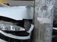 Șofer fără permis. A intrat cu mașina într-un stâlp de iluminat și a fugit de la fața locului