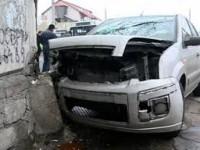 O șoferiță beată a pierdut controlul mașinii și a intrat în zidul unui imobil