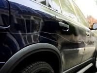 Tânăr cercetat de polițiști pentru că zgâria mașinile