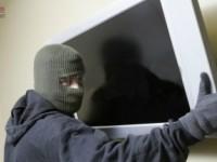 Doi tineri i-au furat televizorul din casă