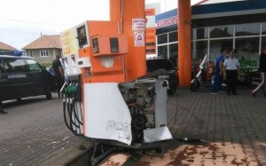 statie de carburanti distrusa