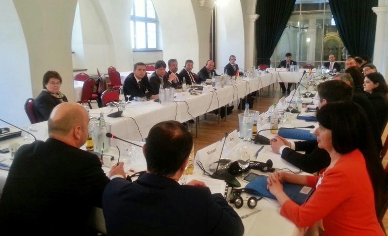 Prefectul judeţului Satu Mare, Radu Bud, în timpul prezentării în plenul Comisiei Guvernamentale Româno-Germane  pentru problemele etnicilor germani din România