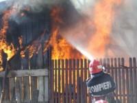 Patru persoane rănite într-un incendiu violent. O casă a fost distrusă de foc