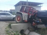 Un oșan s-a urcat cu tractorul pe o mașină. O femeie a fost rănită