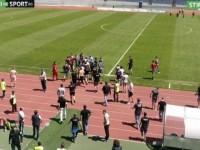 Scene incredibile la meciul U CLuj – Olimpia. Fanii au intrat cu bâtele pe teren