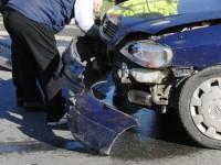 A distrus o mașină într-un accident apoi a fugit. Vinovatul nu avea permis