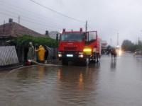 Inundații la Turț. Pompierii au intervenit cu motopompe