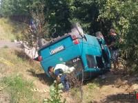 Accident cu patru victime la Ciuperceni. Un microbuz s-a răsturnat în șanț (FOTO)