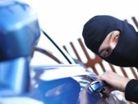 I-a furat mașina din garaj. Proprietarul și-a lăsat cheile în contact