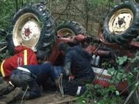 Bărbat strivit de tractorul cu care s-a răsturnat. A murit pe loc