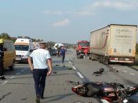 Accident grav. Un motociclist s-a izbit de un Tir. Se zbate între viață și moarte la spital