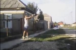 Copiii care au maltratat un cățel au ajuns pe mâna poliției (VIDEO)