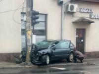 Accident la Burdea. Un Renault s-a izbit violent de un stâlp