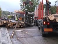 Un Tir plin cu lemne s-a răsturnat în județ. Traficul este oprit
