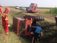 Accident soldat cu un rănit. S-a răsturnat cu tractorul în șanț