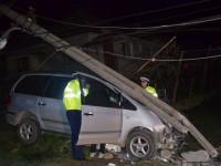 Un tânăr oșan a rupt un stâlp cu mașina. S-a urcat bine băut la volan.