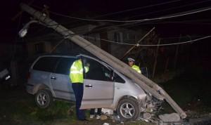 Mașină cu număr de Belgia, oprită într-un stâlp. Șoferul era băut