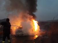 Autoturism în flăcări. Incendiu produs de un scurt-circuit (FOTO)