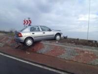Tineri răniți într-un accident. Au intrat cu mașina în sensul giratoriu