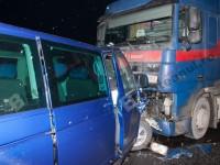 Accident cumplit. Un microbuz s-a izbit de o cisternă (VIDEO)