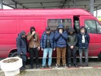 Patru afgani și doi vietnamezi ascunși într-un microbuz, depistați la Petea (VIDEO)