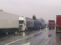 Coloană kilometrică de Tir-uri la Petea. Traficul se desfășoară greu în zonă (FOTO&VIDEO)