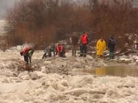 Intervenție pe râul Tarna Mare. Este blocat de gheață