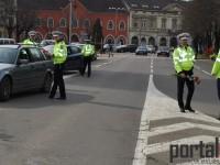 """Polițiștii au """"sancționat"""" șoferițele cu flori de 8 Martie (FOTO&VIDEO)"""