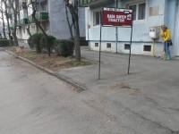 Și-au făcut singuri curat în fața blocului. N-au mai așteptat Florisalul (FOTO)