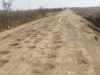 Cratere ca pe Lună pe unul dintre drumurile din județ. Peisaj selenar (FOTO)